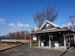 三角屋根の小さな駅舎は震災後、清涼飲料水のCMで使われていて、ちょっとした観光地になっています。  イルミネーションの飾りつけもされていて、回りが真っ暗な分、夜もきれいでしょうね。今のダイヤだと夜の列車が走っていない南阿蘇鉄道、運転士さんもまだ見たことがないそうですが(笑)。