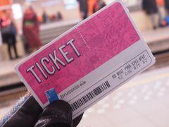 10時47分:定刻通りブリュッセル南駅に到着。 公共交通機関の共通切符1日券(7.5ユーロ)を購入しました。 紙製だけど、Suicaなどと同じように改札でピッとするタイプでした。