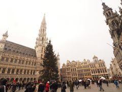 世界で最も美しい広場の一つと言われるグラン・プラスへ。 歴史ある美しい建物にぐるりと囲まれた広場の真ん中には大きなXmasツリー!