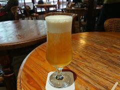 どこから見てもビールですが違います。緑茶にクリームをトッピングしたものだそうで、ストローでいただきます。台湾風のお子様ビール?