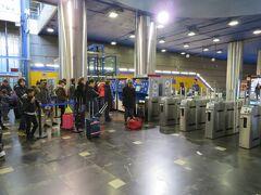 つるとんたんの写真の次はなぜかいきなりマドリードの写真になります(笑) 機内ではほとんど目をつぶっていて休んでましたし、空港内ではネット環境の確保にバタバタしてたもんで…(サッカーチケットのやり取りでどうしても必要だったんで)  ここはマドリード・バラハス空港の地下鉄駅。チケットを買うのにみんな並んでるのが良くわかると思います。 自分も並んでいるときに「たかがチケットに何でこんな掛かってんねん」とイライラ気味でした。購入に苦慮する理由が分かったのは自分の番になった時。 チケットの種類がスペイン語で書かれてるからみんな苦労してるんです!! いや、英語の案内クリックしてもスペイン語で書かれるっておかしいでしょうよ(笑)  ちなみに乗り放題券を買いたい方は「other」を押して1~7と書かれているのを押してください。 1~7は日数を表しております。必要な日数を選択してね。