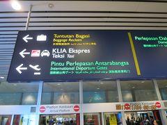 手荷物受取に行く途中の案内掲示板 噂には聞いていましたが、日本語で表示されていましたので、非常に分かりやすかったです!!