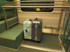KLIAエクスプレスに乗り込む時に、駅の係員が荷物を運んでくれました!