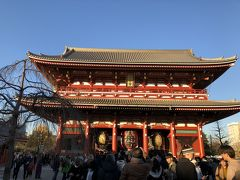 まずは浅草寺にお参り。明るい時間に行くのが久しぶりなので、本堂が開いててびっくりしました。