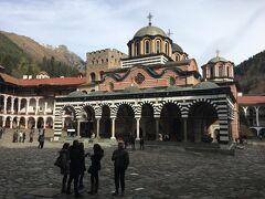 中の敷地に入るとすぐ目の前に広がるこの光景。 winningがブルガリアにキターーーーーー(山本高広:古くて失礼)。 と、思わずそんな言葉も出てしまうほどの雰囲気ありました。