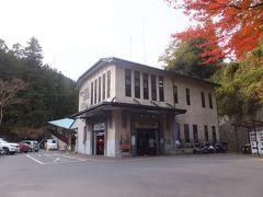 日吉大社から歩くこと5分。最寄りの鉄道駅、京阪坂本駅からは坂道を登って15分ぐらいでしょうか。坂本ケーブル(比叡山鉄道比叡山鉄道線) ケーブル坂本駅に到着。 1927年の開業時の建物で、国の登録有形文化財に登録されています。 しかし外装は手入れされているためそれほど古さを感じさせません。