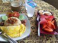 しっかり朝食!フライドライス。結果滞在中の朝ごはんはこればかりw タイ米好きなんです。 フルーツもたっぷり。 普段は飲まない甘いコーヒーもしっかり頂きました!