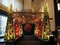 """新丸ビルのXmasツリー  こちらもニコライ・バーグマンによる""""花""""をモチーフとしたツリーです。 (行きませんでしたが、丸の内ブリックスクエアにも飾られているようです。)"""