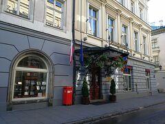 ホテルの外観です。 左に行くと織物会館。 ホテルの向かいはコンビニがあります。 ポーランド産とPOP書きがあるので、ちょっとしたお土産を買うのに便利です。
