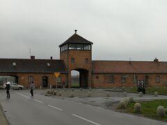 第二次世界大戦中の1940年から1945年の間、当時ナチス・ドイツの占領下にあったポーランドにつくられた収容所。 収容されていたのはユダヤ人と思われがちですが、ユダヤ人だけではなく、政治犯、ロマ、ゲイの人々も収容されていました。 第二次世界大戦が終わってから72年。 戦争を経験した人たちも少なくなりつつありますが、映像で知るだけでなく、是非みてください。