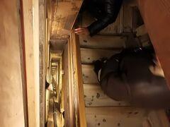 ヴィエリチカ岩塩坑  20人前後のツアーに参加しました。 地下まで階段で降りていきます。 ここでも、みなさん早い、早い。 目が回るぅ。