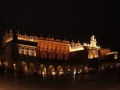 クラクフに戻ってきたので、中央広場へ。 昨日は雨が降ったので、ゆっくり見学。
