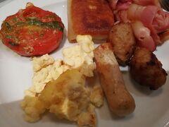 おはようございます。 朝食のチョイスが。。。 ソーセージ、ベーコン、ミートボール。。。