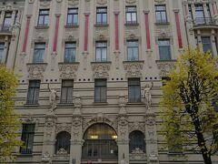 ホテルの近くには、アルベルタ通りがあり、ユーゲントシュティール建築めぐり が出来ます。20世紀初めに建てられた建築家、ミハイル・エイゼンシュテインの 作品が見れます。通りにこれだけの建築群があるのは、圧巻ですよ。 また、ミハイル・エイゼンシュテインの息子さんは、セルゲイエイゼンシュテイン。 映画、「戦艦ポチョムキン」の監督です。  赤タイルが目を引きます。 女性像やスフィンクス(車の横)があります。 1906年作
