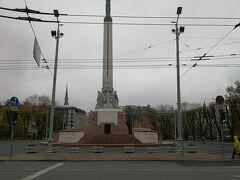 1935年、ラトビアの独立を記念いて建てられた51mの記念碑。 塔の上に立つ女性ミルダはラトビアの三つの地域(クルゼメ、ヴィゼメ、ラトガレ)の 連合を表す星々を掲げている。