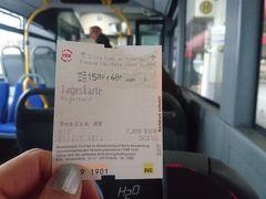 2時間遅れでベルリンテゲール空港に到着。パスポートコントロールで遅い列に並んでしまい30分ほどかかって入国。手荷物だけなので急いでバス乗り場へ。ターミナルを出て、右側にある階段を上がって少し歩くとバス乗り場に出ます。X9番のバスを探し、5分後に出発するとのことなので、すぐ横の券売機で1DAYチケットを購入。7ユーロ。現金でもカードでも支払いOK。チケットは乗車の際にバスの中の機械で打刻を忘れないよう。夜中の3時まで有効だそうです。