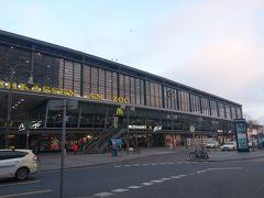 渋滞もなく、25分ほどで動物園駅着。 駅前にはコンビニ、パン屋、カフェ、カリーヴルスト屋などあり便利そう。