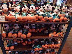 続いては、シアターオーリンズ左側にあるショップ「パーティグラ・ギフト」で2017年11月30日より発売されたミニー・オー!ミニーのファイナルグッズを見ることに! トロピカル ビューティーズのシーンでミッキーとミニーが着ている衣装のぬいぐるみ! それぞれ4,800円です。 こちらをセットで購入!