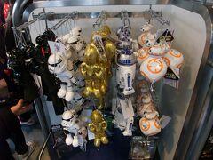 期間限定のプログラムの他にグッズもいくつかあり、ダース・ベイダー、ストームトルーパー、C-3PO、R2-D2、BB-8のぬいぐるみバッジも発売されています。
