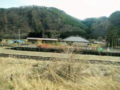 ・中山宿駅を通過  1997年(平成9)までスイッチバックだった旧中山宿駅のホームが見えます。現在では整備されホーム跡を見学ができます。