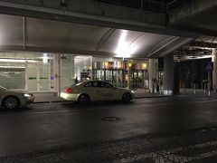 ミュンヘン空港に到着後、到着口を出て看板に「BUS」と書いてある右方向へ。 出口までの間にスーパーの「EDEKA(エデカ)」がありました(^^)  写真はバス乗り場から、出口を撮影してます。