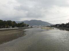 駅から2キロほどの琴弾公園をめざし、歩を進めます。財田川にかかる全長94メートルの三架橋の3つのアーチが美しい