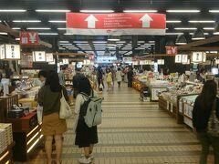 昨年とほぼ同じアングルの越後湯沢駅構内《がんぎどおり》。