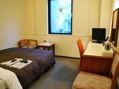 お部屋はツインでなくダブルルームで節約~~。でも思ったより狭くはない。