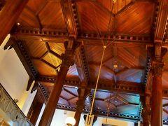 三菱一号館の内部の様子を見ようと・・・三菱一号館美術館のカフェをのぞいたけれど・・・4~50分待ちだって・・・。  この時期だし、日曜だし・・・やっぱりね・・・。