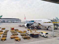 そんなこんなしていると、あっという間に香港に到着。 残念ながら曇り空…。  今回のフライトマイルは912にポイント換算率1.5倍、加えて搭乗ボーナス400FOP。 912FOP x 1.5 + 400FOP = 1767FOP 計48408FOP。復路も同じ航空券なので解脱達成はほぼ確実ですね!