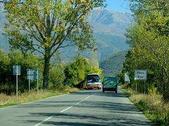 A3号線を下りた分岐点から30分ほど。 リラの村入口の標識が見えて来た。  向こうから来るのはリラの僧院見学を終えた観光バス?