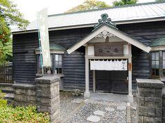ちょうどお昼時なので、見学前に予約しておいた、小林酒造の敷地内にあるお蕎麦屋さん「錦水庵」にておひるごはんをいただきます。  この建物も、以前は役員住宅として使われていたとのこと。