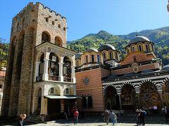 リラの僧院敷地内の聖母誕生教会に寄り添うように立っているのはフレリョの塔。  防衛用の塔として建てられたのは1335年で、高さは23.6mあるそうです。 敵の来襲を察知するための見張り台として使われていたんでしょうね。 1833年の大火では、リラの僧院の観光の目玉の聖母誕生教会も、外陣もあらかた焼け落ちたそうですが、石造りのこの塔だけは焼け残ったのだそう。 今ではフレリョの塔の一階部分にはお土産屋さんが入っていますが、上階は5レヴァで見学可能。  後で行ってみようと思ったのに、上る人が多かったので外観見学だけにしておきました。