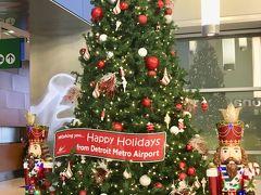 デトロイト空港では早くもクリスマスツリーが飾られていました。