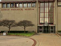 ホテルの車にピックアップして貰ってホテルまで戻りました。 ドライバーにチップを渡しました。  部屋には戻らず、歩いて見ました。  写真はデトロイト歴史博物館です。 デトロイト市美術館の反対側にあります。