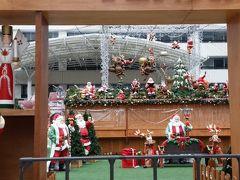 サンタが沢山並んでいます。夜はきっと博多駅前のように明るく賑わうことでしょう。