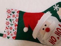 イムズに入ります。B2の、ここの雑貨も好きです。安くてかわいい物がいろいろ。「3COINZ」  もうすぐクリスマス、この袋に入れてプレゼントしてあげよう。普通300円の品を売っているのに、本日100円。赤いトナカイさんとどちらにしようかな?やはりクリスマスと言えばサンタさん。こっち。