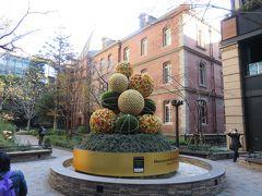 三菱一号館美術館のレンガの建物の中庭にもクリスマスデコレーション