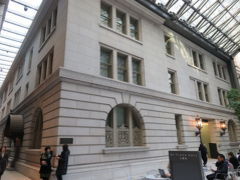 重要文化財の明治生命館と一緒に写っているので、上のツリーは多分、MY PLAZA HALLだろう。