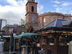 再び、クリスマスマーケット。 まだまだ、クリスマスマーケットの会場は続きます。 見えているのは、聖パウルス教会。