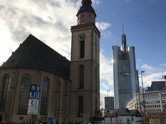 カウフホーフのすぐ近くにある教会・カタリーナ教会。 ゲーテが洗礼式を行った由緒ある教会だそうです。 アイゼルナー シュテグ (鉄の橋)を渡った時も感じたことですが、近代的な高層ビルと伝統的な建物の両方が見られるフランクフルト、カタリーナ教会の周辺では、まさにその双方の対比が見られました。