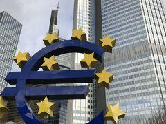 大きなユーロマークのモニュメントが絶好の記念撮影スポットになっている「欧州中央銀行」。
