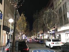 ゲーテ通り。 高級ブランドショップが立ち並ぶ通りとして有名です。 RIMOWAもこの通りにあるので、立ち寄りました。 夜は、木々がライトアップされていて、綺麗でした。