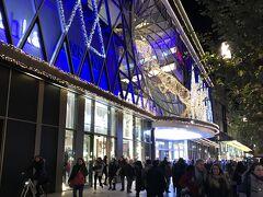デパート・カウフホーフと同じツァイル通りにある大きなショッピングセンター、「マイ・ツァイル」にやって来ました。