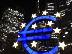 昼間にも訪れた欧州中央銀行のユーロマークもライトアップ。 今回の旅、最後の夜は、夜のクリスマスマーケットを堪能し、ホテルに戻りました。