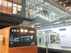 福島18:34>>普通外回り>>大阪18:35 一駅で大阪駅です。 来年度で大阪環状線から引退と言われている201系でした。環状線の最後の4ドア車(他の車両は3ドアで、違うのが混じるとホームドア設置の障害になるらしい)。 おそらくこれが最後の乗車になるかもしれません。一駅だけですが大事に乗りました。