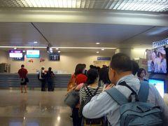 13:30(時差-2時間)ホーチミン/タンソンニャツト国際空港着。 早々に、乗り継ぎに伴うセキュリティーチェツクの列に並びます。