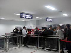 19:25ビエンチャン/ワットタイ国際空港着。  オヤジは入国審査の列に並びましたが、多くの人がArrivalビザの列に並びました。雰囲気からして中華系の団体さんみたいです。