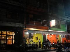 結局、夕食はガイドブックに載ってた「Fruit Heaven」で。  左の果物が飾られている方がジューススタンド。右側のオレンジ色の壁の方がレストランです。