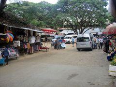 約1時間後の14:45 「Tat Kuangsi Waterfall」着。 入場ゲート前に駐車場があり、土産物屋さんや食堂が並んでます。